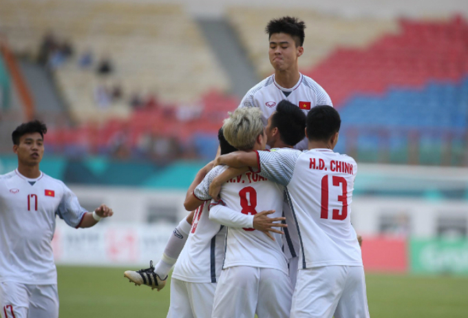 Vietnamese players celebrate the goal.