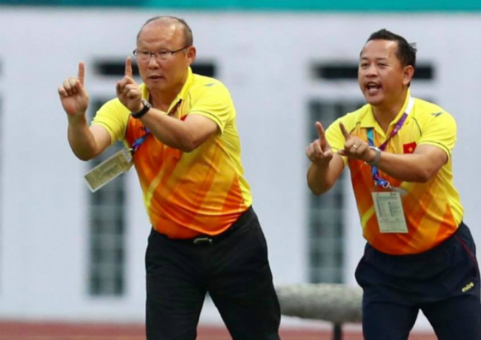 Vietnams coach Park Hang-seo (L) instructs his players on the pitch.