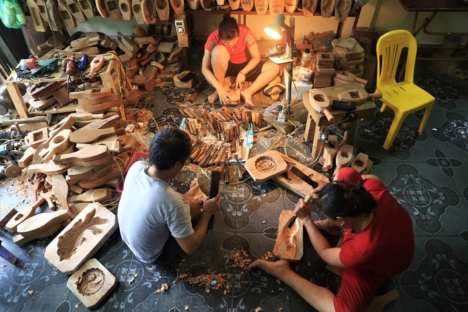 The family of Tran Van Ban, 53, in Thuong Tin district, Hanoi city has been making mooncake molds out of wood for over 3 decades. Their working calendar runs from third month to eighth lunar month, which is scheduled around the moon cake festival in September.