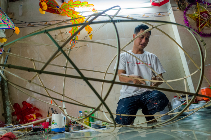 Thanh frames a fish-shaped lantern that is 1.6 meters long and 1 meter high. This would cost VND2 million ($86).