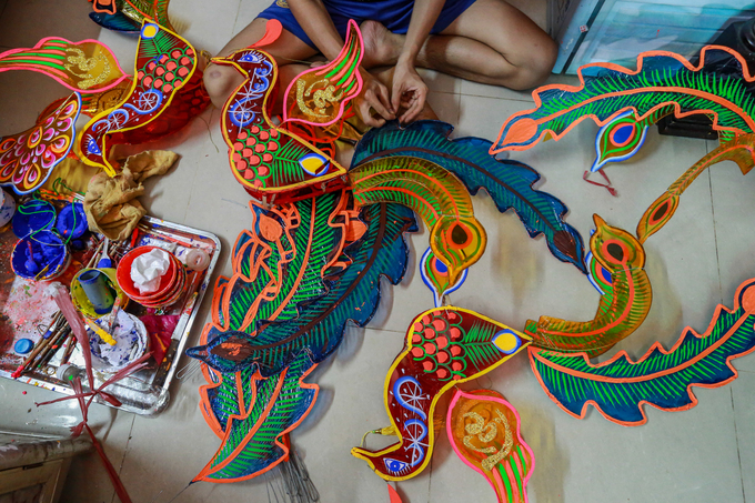 Colorful plastic feathers will be used to make peacock-shaped lanterns costing VND30,000 - 80,000 ($1.3-3.5).