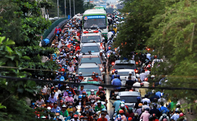 At 5 p.m. on Tuesday, long queues of vehicles stood unmoving and moved at snails space on Rach Ong Bridge, stretching around one kilometer from the intersection of Pham The Hien and Da Nam streets in District 8, more than half an hour southwest of the city center, to Tran Xuan Soan Street in District 7.