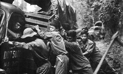 Saigon exhibits veteran Vietnam war photographer's work