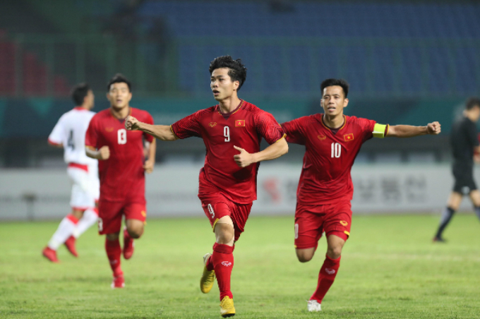 Nguyen Cong Phuong (C) celebrates his goal near the end of the game.