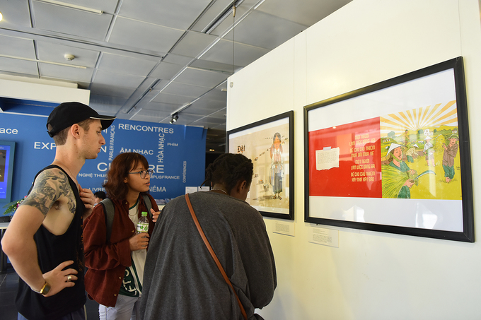 Sevaral foreigners have also visited the exhibition. Photo by Giang Huy