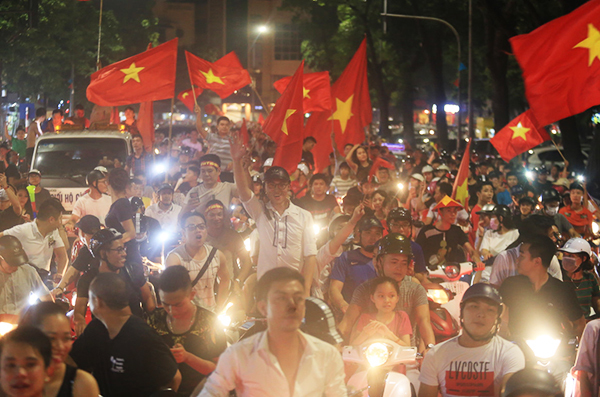 10:40 pm - And only 25 minutes later, you could barely even move on the streets as they are flooded by light flares, Vietnam flags and cheers from children to adults. Photo by Gia Chinh