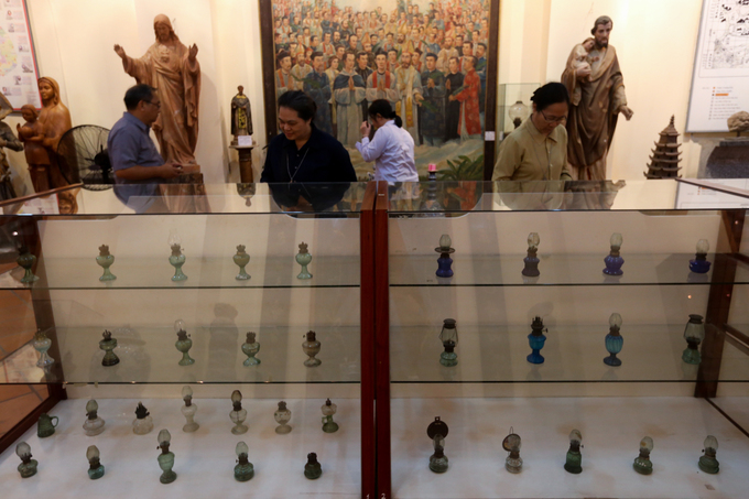 The lamps in the collection belong to Father Nguye Huu Triet and 10 other collectors from all around the country. The are all of diffrent shape and size, made fomr variety of materials, such as terracotta, copper, ceramic, wood, iron, glass...