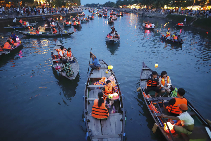 Hoi An shines up floating lanterns for Vietnams parents festival