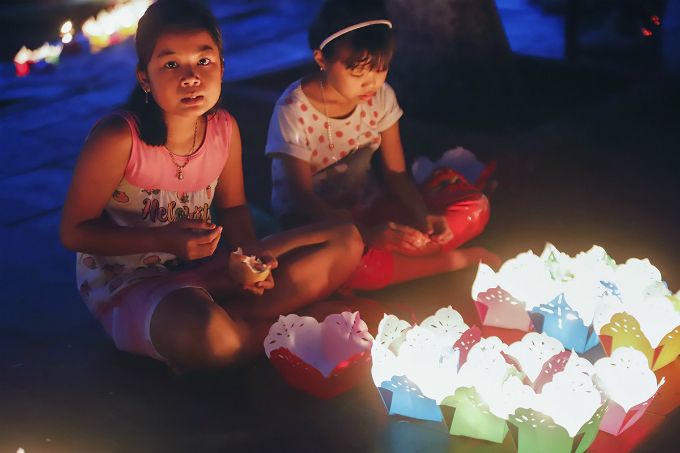 Hoi An shines up floating lanterns for Vietnams parents festival - 1