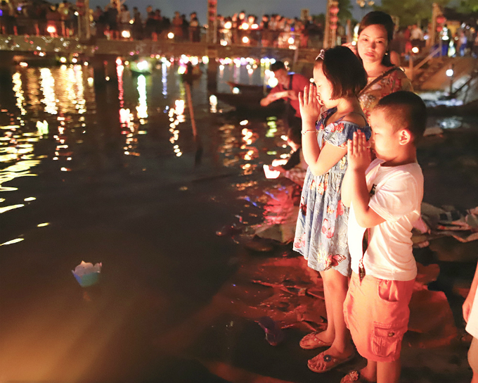 Hoi An shines up floating lanterns for Vietnams parents festival - 3