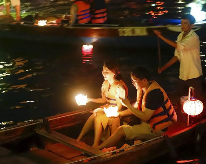 Hoi An shines up floating lanterns for Vietnams parents festival - 4