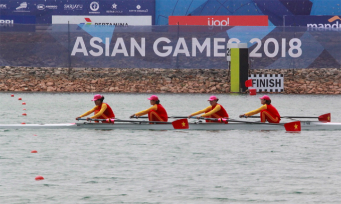 Vietnamese female rowers cross the finish line of the womens four competition at Asian Games 2018. Photo by VnExpress/ Xuan Binh
