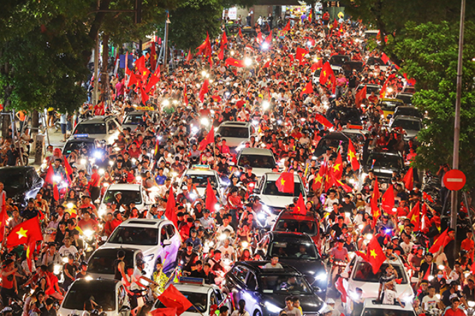 10:30 45 minutes after the final whistle, people were storming downtown streets in Hanoi, with many football fans ready to paint the streets red with flags and T-shirts. Photo by VnExpress/ Ngoc Thanh