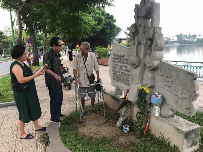 Vietnamese, foreigners pray for John McCain's soul in Hanoi
