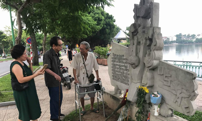 Vietnamese, foreigners pray for John McCain's soul in Hanoi