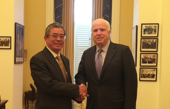 Pham Quang Vinh (L) shakes hand with John McCain in 2015. Photo acquired by VnExpress