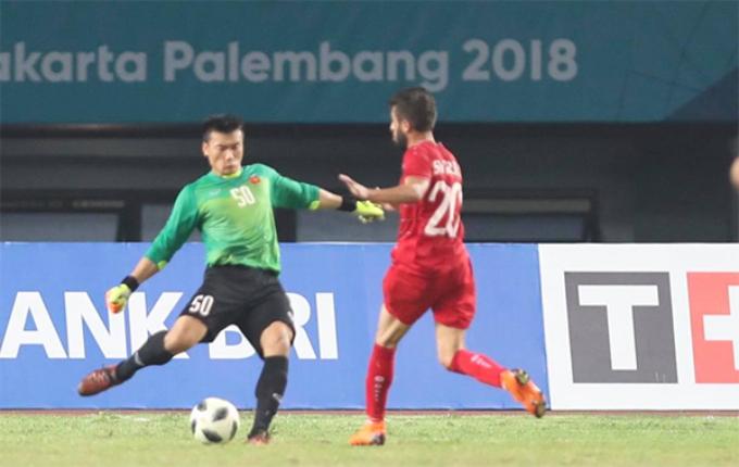 Vietnamese goalkeeper Bui Tien Dung saves a shot in 36.