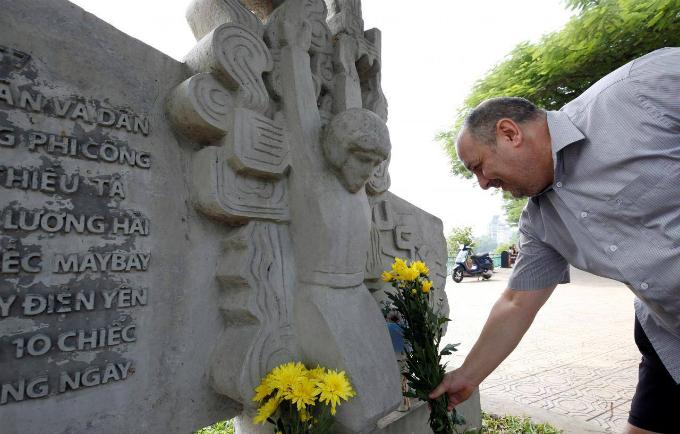 U.S. citizen Robert Gibb places flowers in memory of the late U.S. Senator John McCain (R-AZ) at the McCain Memorial in Hanoi, Vietnam August 26, 2018. Photo by Reuters/Kham