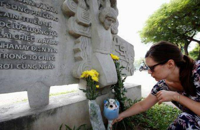 U.S. citizen Kristin places flowers in memory of the late U.S. Senator John McCain (R-AZ) at the McCain Memorial in Hanoi, Vietnam August 26, 2018. Photo by Reuters/Kham