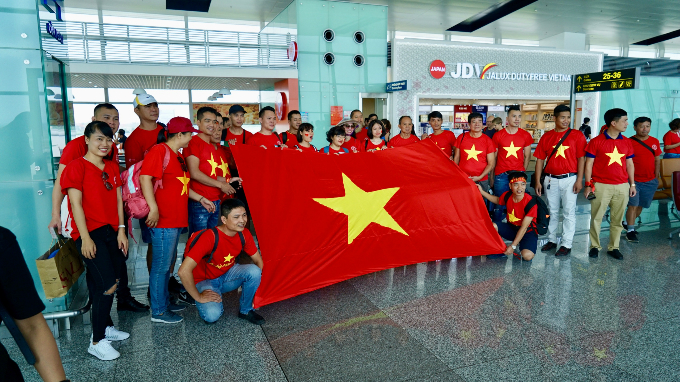 Vietnamese fans gather at Noi Bai airport to flight to Indonesia. Photos by VnExpress.