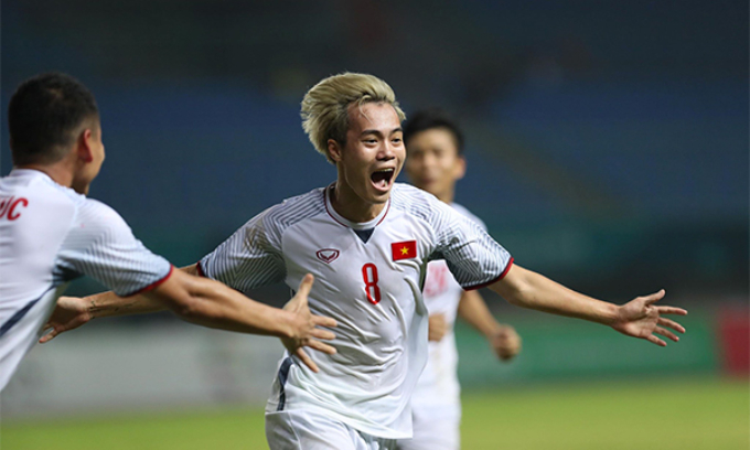 Nguyen Van Toan celebrates his goal into Syrias net.