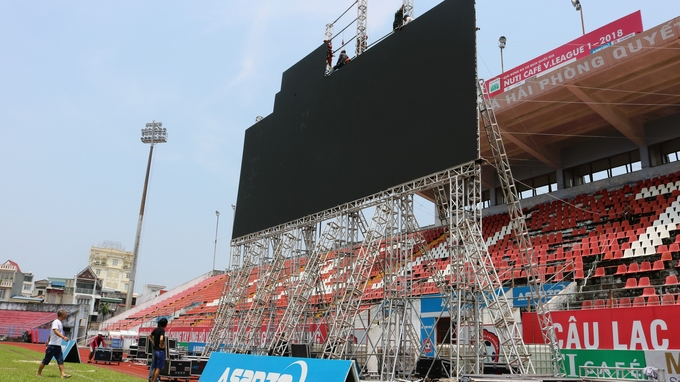 A giant screen is ready for tonights match in Lach Tray stadium in Hai Phong. Photos by VnExpress/Giang Chinh