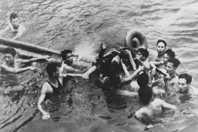 John McCain is pulled out of a Hanoi lake by a mix of North Vietnamese Army (NVA) and Vietnamese citizens in October 1967. McCain was shot down by a surface-to-air missile (SAM) and had broken both arms and his right knee upon ejection, losing consciousness until he hit the water. Photo by Reuters/Files.