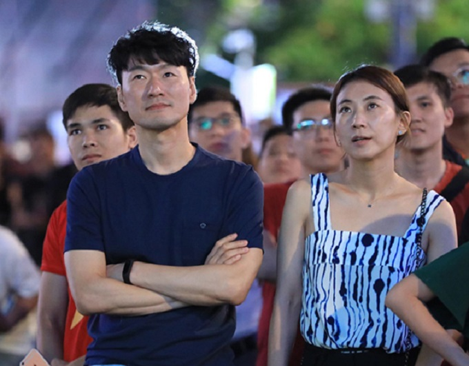 Korean expats join the crowd to support Vietnamese team in the quarterfinal match against Syria. Photo by VnExpress.