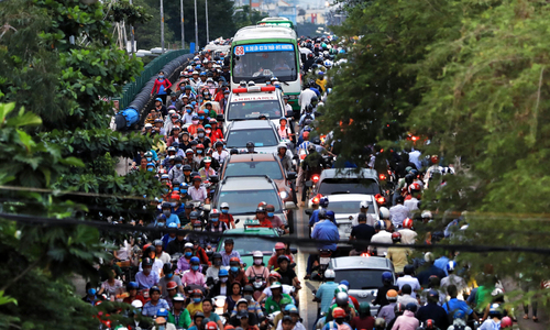 Barriers trigger massive gridlock on Saigon street