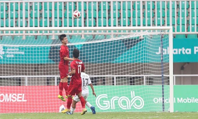 A shot saved by Vietnamese midfielders. Photo by Duc Dong