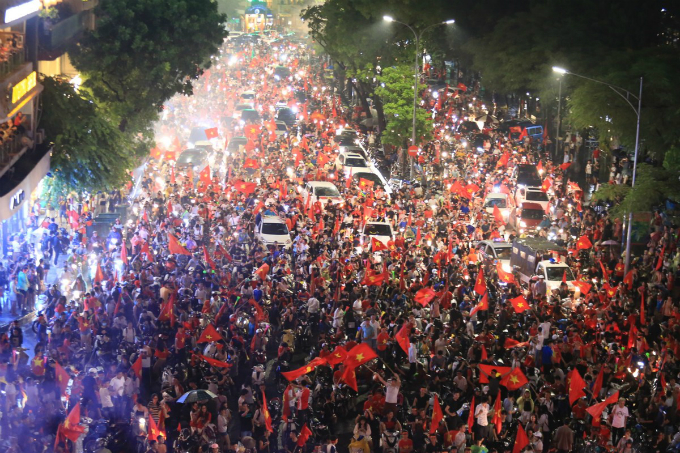 30 minutes after Vietnams mens football team was defeated by South Korea at the semifinal of the Asian Games in Indonesia on Wednesday afternoon, fans started to flood the streets of Hanoi to celebrate the team for their achievement so far and encourage them for the next match.