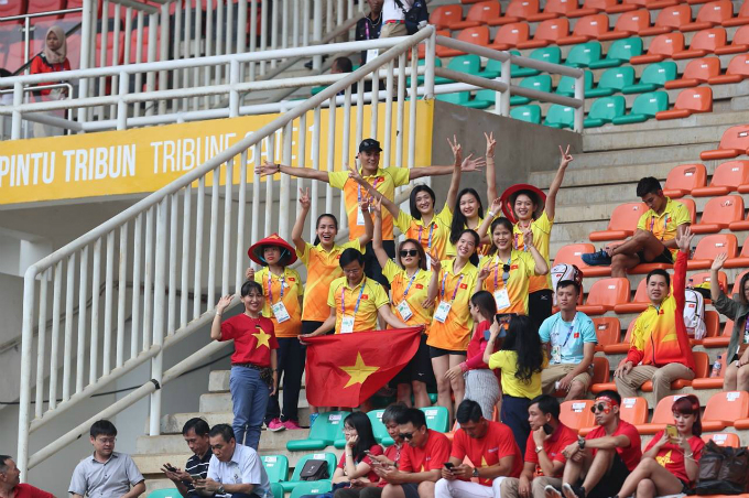 Vietnams volleyball team is among the cheering crowd at the stadium.