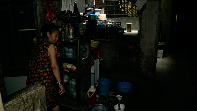 Alley resident Nguyen Van Hanh, 65, is annoyed at seeing strangers. The alley, just 80 meters long, has six households living in it. Very few outsiders step inside here. Hanhs house is right at the start of the alley and she cooks on the pathway to ease the stuffy atmosphere. I am lucky to have a shaft in the house, something many people wish to have, she said.