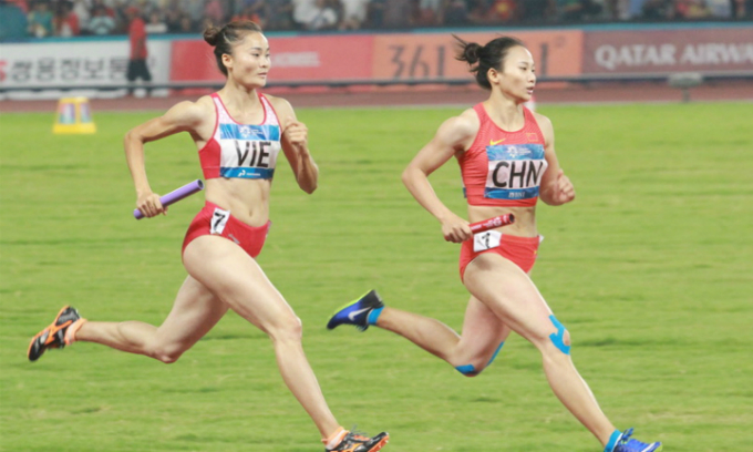 Quach Thi Lan (L) beat China in the last 200 meters. Photo by VnExpress/Xuan Binh