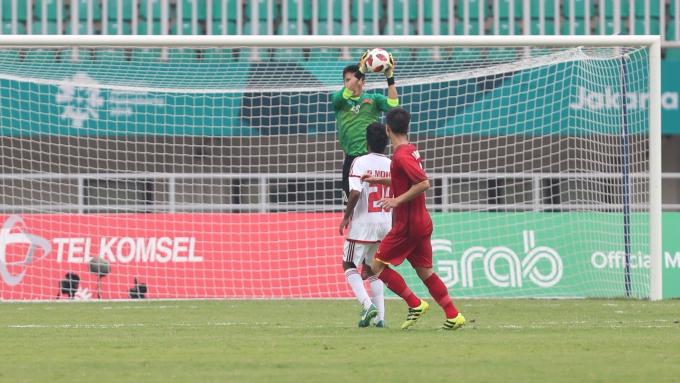 Vietnams goalkeeper saves a shot. Photo by Duc Dong