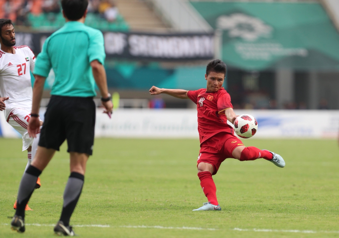 Nguyen Quang Hai with a shot that was blocked by UAE defenders. Photo by Duc Dong