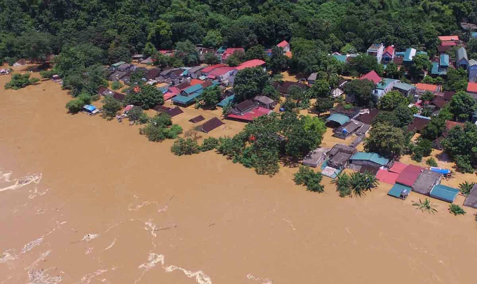 On Saturday, although the floodwaters triggered by heavy rains over the past four days started receding, many villages in hardest-hit Cam Thuy, a mountainous district to northwest of Thanh Hoa, were still submerged in muddy waters.Tran Duc Luong, vice chairman of the district, said the floods isolated many villages and towns, bringing misery and difficulties for local residents lives.
