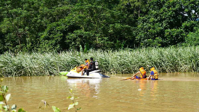 Local police forces used motorboats to search those missing and provide food for those isolated by the floods.