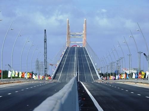 New expressway cuts Hanoi-Ha Long travel time by half