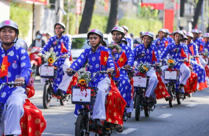 After the ceremony, the grooms took their wives on electric bikes for a smalll ride around the city before reaching a wedding restaurant on Le Hong Phong street. To ensure traffic safety, the process was guided by a group of motorcades.