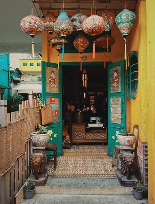 Inspired by the brilliant golden walls, blushful bougainvillea and colourful lanterns of his hometown, the son of Quang Nam Province turned his café into a little Hoi An (Hoi An is a city of Quang Nam Province, South Central Coast Vietnam).