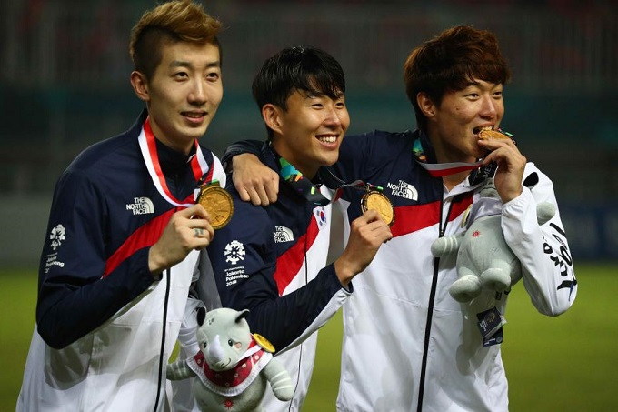 Son Heung Min of South Korea poses with the gold medal. Photo by Reuters/Athit Perawongmetha