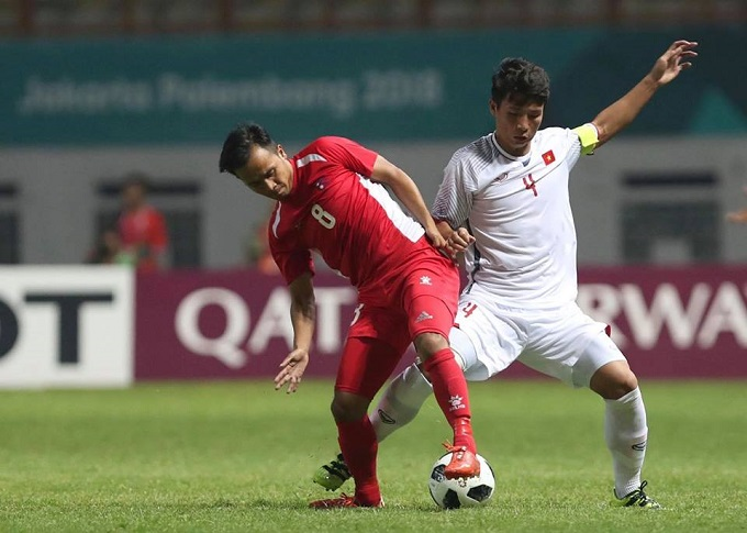 Bui Tien Dung (in white) plays in a group stage match against Nepal at the Asian Games 2018.