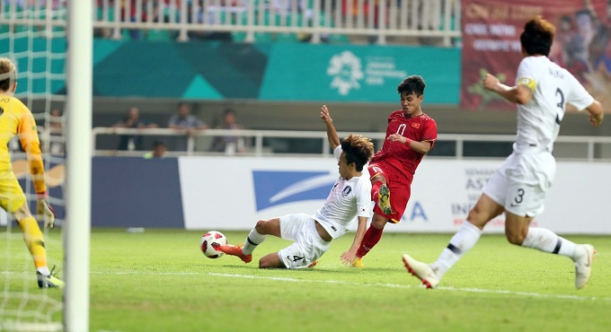 Vu Van Thanh (in red) playsin the semi-finalmatch against South Korea.