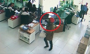 Police hunt two bank robbers in central Vietnam