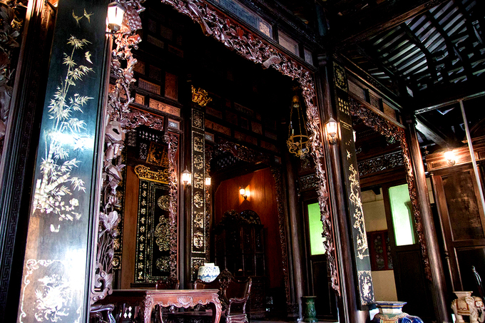 The top of columns and arch doorways are decorated with carved exquisite details. Cabinets, tables and chairs are also carved with elaborate Louis style details. All of them were made from rare wooden material or expensive marble. And thanks to that, the house still retains the beauty that many people admired, after hundred years.