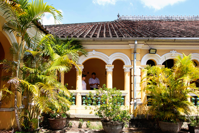 Houses with Roman-Asian style have become very rare in modern Vietnam. This is a popular location for many wedding photoshoots, as well as films set during French occupation period.