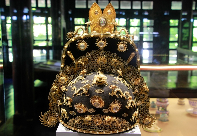 This is the royal hat of the Nguyen king which was made of gold, gems and corals. In the past, this hat was worn by the Nguyen kings during important events including the imperial court, crowning ceremony, the kings birthday, Lunar New Year celebration or diplomatic missions.