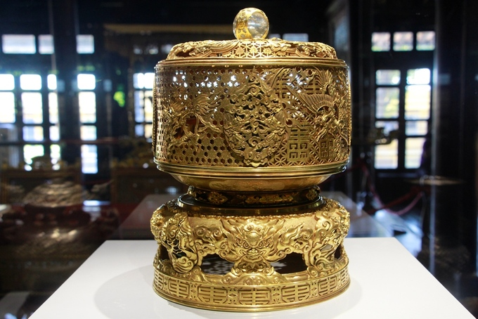 The golden and crystal worshiping pedestal was made in the 20th year of Emperor Minh Mang (1839). The dragon image was carved at the base while the phoenix image showed at the higher part of it.