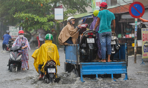 Weekend downpour drenches Saigon in traffic chaos